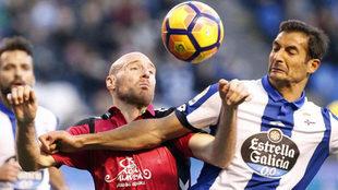 Borges pugna con Toquero en el partido de la pasada jornada.