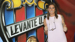 Adriana Martín posa con el escudo del Levante.