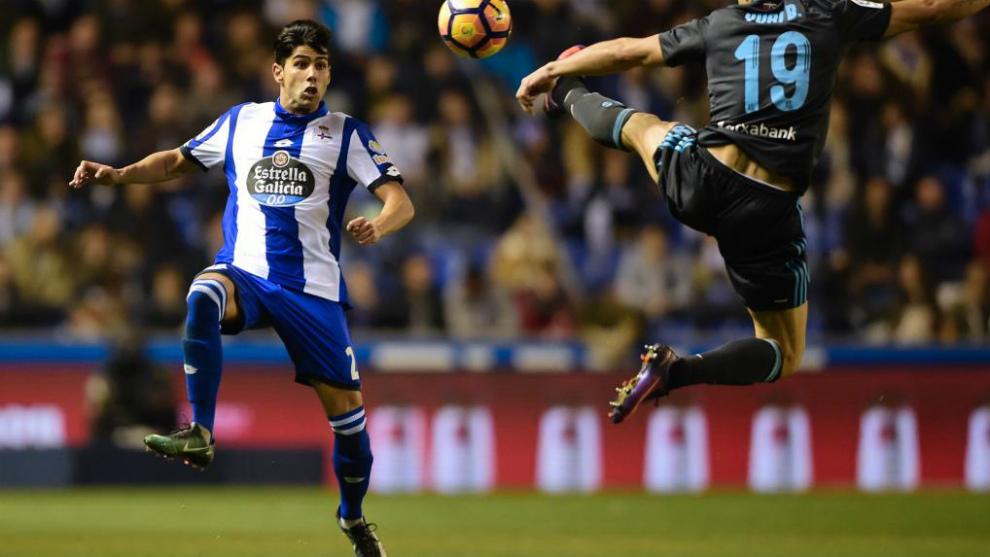 Juanfran controla un balón de cara en un partido contra la Real...