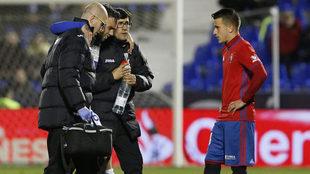 Rober Ibáñez se marcha lesionado frente a Osasuna.