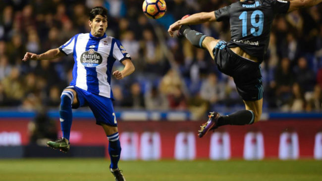 Juanfran controla un bal�n de cara en un partido contra la Real...
