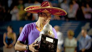 Nadal muerde el trofeo de Acapulco