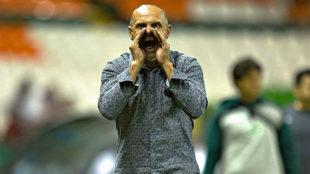 Javier Torrente durante un encuentro con el Club León