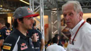 Carlos Sainz, junto a Helmut Marko