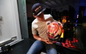 Max Verstappen enseñando el nuevo casco
