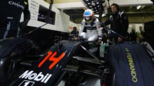 Alonso se mete en el 'cockpit' de su McLaren en GP de Brasil...