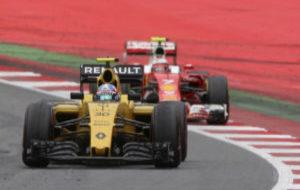 Jolyon Palmer por delante de Kimi Raikkonen durante la pasada...