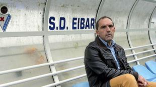 Fran Garagarza sentado en el banquillo de Ipurúa