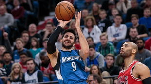 Ricky Rubio (Timberwolves) lanzando ante los Bulls