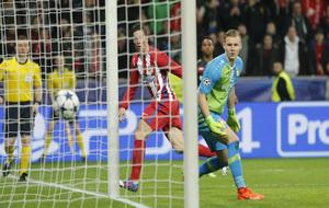 Fernando Torres cabecea el 2-4 para el Atlético.