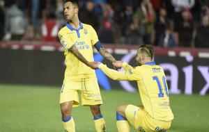 Jonathan Viera ayuda a Jesé a levantarse durante un partido.