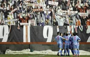 Los jugadores del Mirandés celebran uno de sus dos goles en Vallecas
