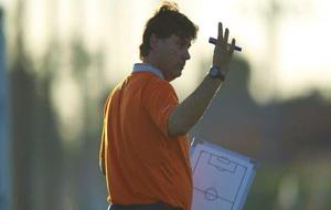 Menéndez, entrenador del Celta B, durante un entrenamiento con el...