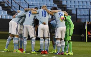 Los jugadores el Celta reunidos antes del comienzo de un partido.
