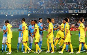 Los jugadores del Nápoles y el Villarreal se saludan antes de un...
