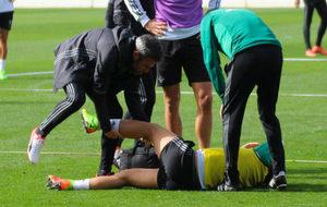 Ceballos es atendido tras sufrir el choque con Alegría este martes.