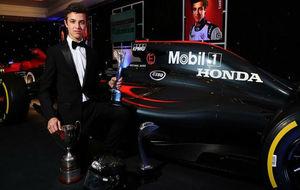Lando Norris posa con sus trofeos y el McLaren de 2016