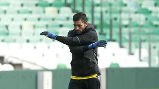 Antonio Adán, en el entrenamiento de este miércoles del Betis.