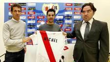 Míchel, durante su presentación, entre Ramón Planes y el presidente...