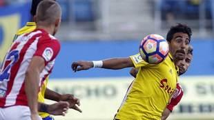 Carpio disputa un balón durante el partido ante el Girona de la...
