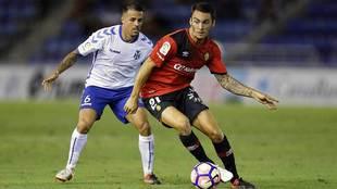 Moutinho controla el balón ante Vitolo en el partido de la primera...