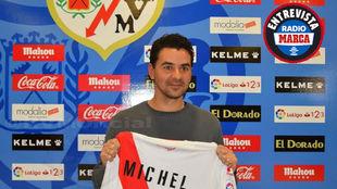 Michel posaba con la camiseta del Rayo en su presentación aunque en...