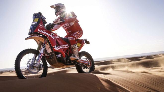 Gerard Farrés surca el desierto con su KTM del Himoinsa Team.