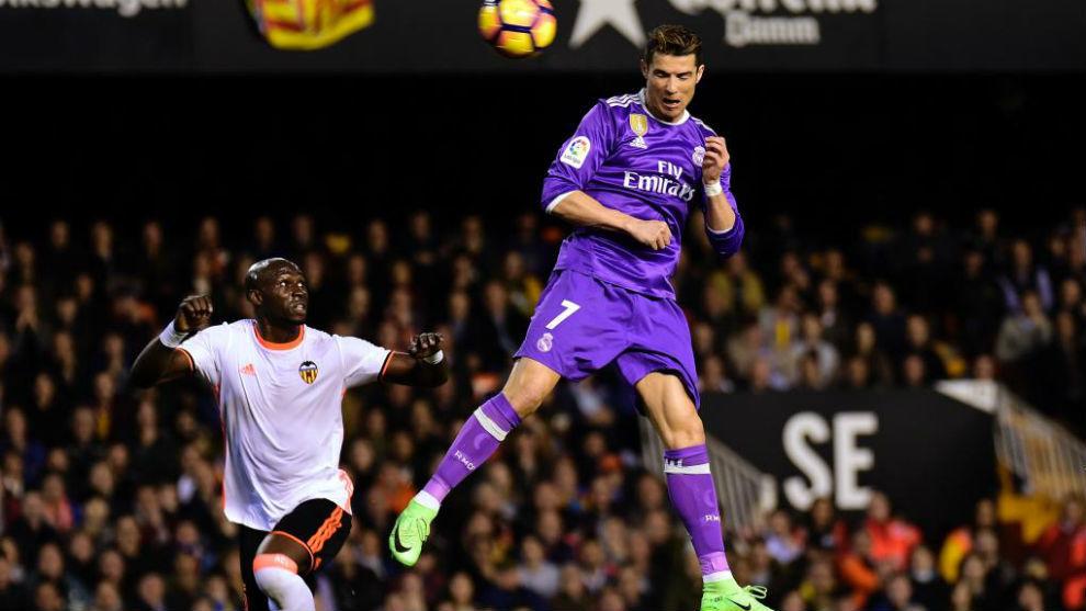Cristiano Ronaldo golpea el balón de cabeza para marcar el primero...