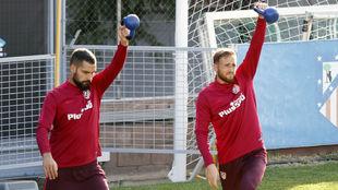 Moyá y Oblak se ejercitan juntos en un entrenamiento.