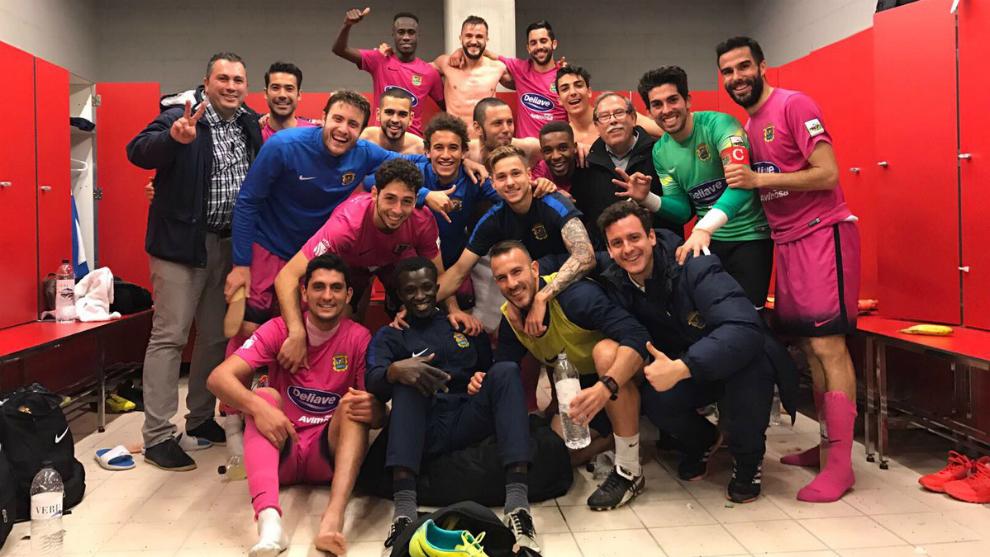 Los jugadores del Fuenlabrada celebran la victoria ante el Badalona en...