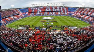 Panóramica del Vicente Calderón durante un partido de Champions.