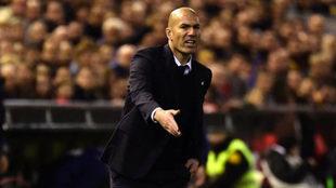 Zidane da instrucciones a los suyos.