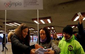 Activistas por el referéndum sobre los Juegos recogen las firmas de...