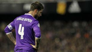 Ramos se lamenta durante el partido ante el Valencia