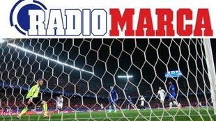 Acción del primer gol del partido obra de Sarabia