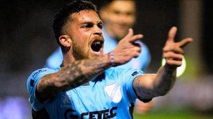 Arregui celebra un gol con Temperley.