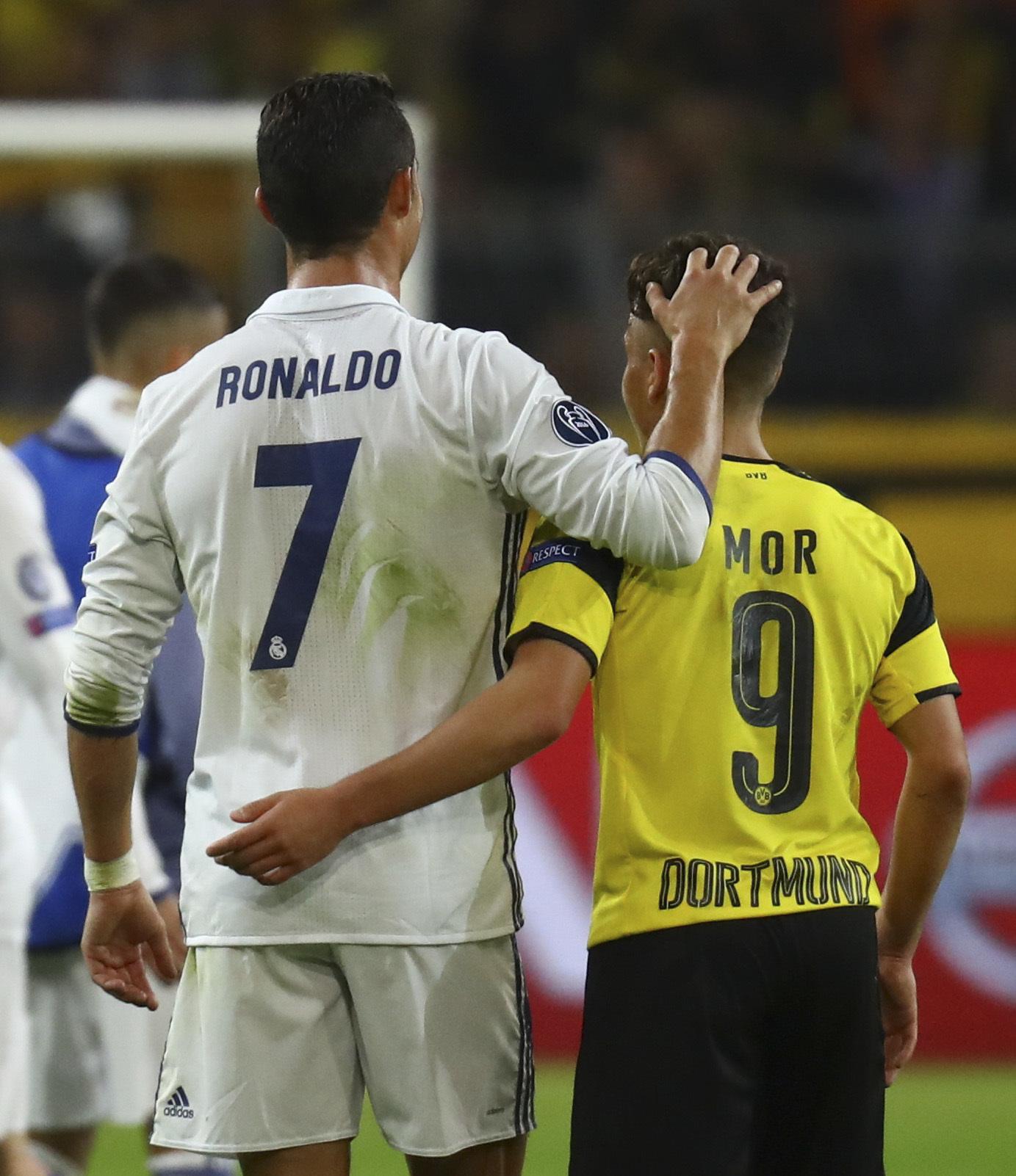 Cristiano Ronaldo se abraza a Emre Mor tras un Dortmund-Madrid.