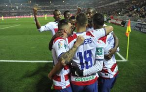 Los jugadores rojiblancos celebran uno de los cuatro goles logrados...