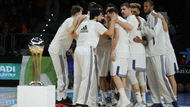 Los jugadores del Madrid hacen un corrillo antes de la final de Copa.