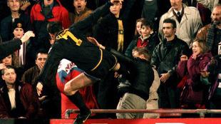 Cantona, en el momento que da la patada al aficionado del Crystal...