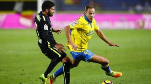 Dani Castellano en una acción ante Carmona, jugador del Sporting de...