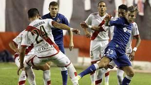 Álvaro Jiménez y Javi Guerra disputan un balón en el derbi de la...