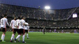 Los jugadores del Valencia celebran la victoria en Mestalla.