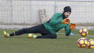 Diego López ataja un balón en un entrenamiento.