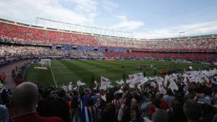 Los aficionados del Atleti celebrando el 50 aniversario del Calderón.