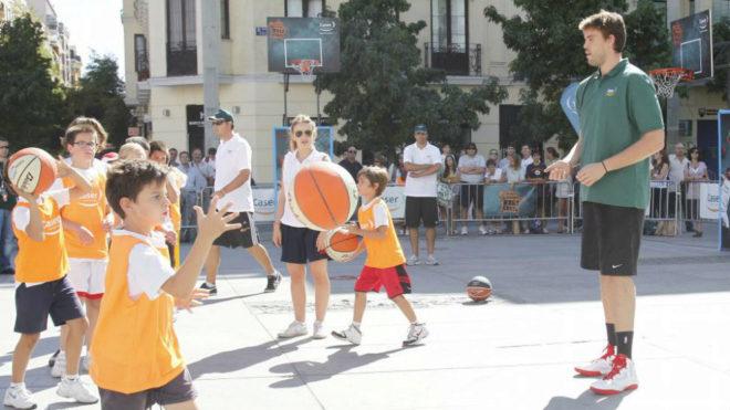 Marc Gasol, con un grupo de niños.