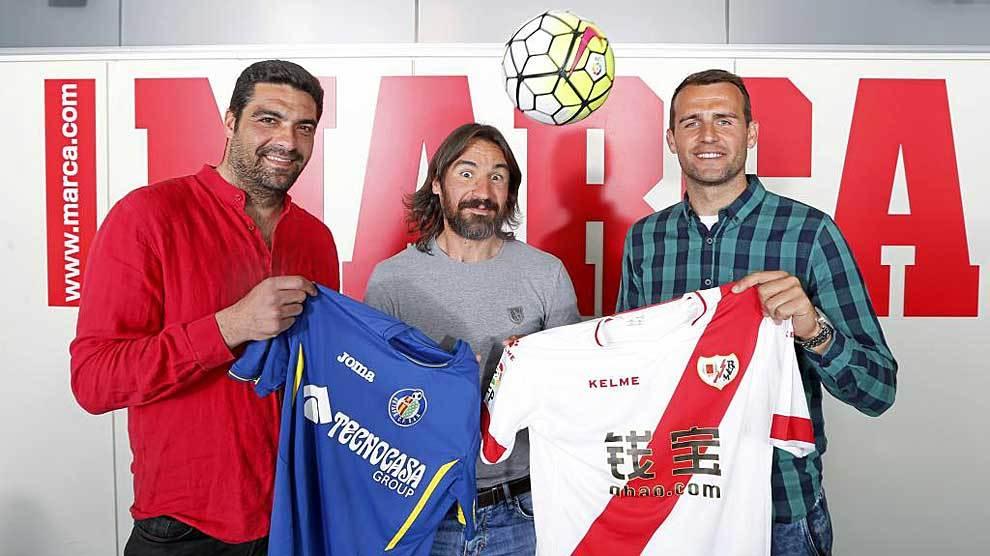 Michel, a la izquierda, junto a Pachón y Amaya con las camisetas de...