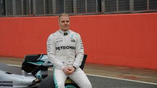 Valtteri Bottas, con el nuevo Mercedes W08 en Silverstone.