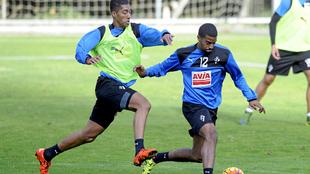 Lubanzadio conduce el balón en un entrenamiento con el Eibar, equipo...