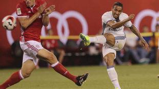Danilo remata a puerta en un amistoso entre el Madrid y el Bayern en...